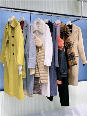 北京折扣女裝貨源斯博爾特羊剪絨折扣店女剪標羽絨服